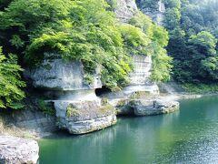 """塔のへつり  へつりの由来について案内書によると〝塔の形をした川畔の急崖という意味から、塔のへつりと名付けられた。「へつり」は、この地方の方言で川に迫った断崖や、急斜面という意味です。・・・"""""""