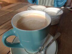 本日はパタンとボダナートに行ってみることにする。  朝メシにちくさ茶房。