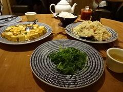「ヌードルショップ」で中華料理を頂きました。麻婆豆腐や炒飯などをシェア  https://www.mandalaybay.com/en/restaurants/noodle-shop.html