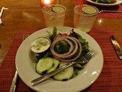 《20:00》最後の夕飯&祝勝会  マンスリーマルガリータ($5)で乾杯!超美味しいです。 ブルーチーズドレッシングが美味しい!