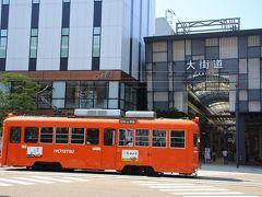 ホテルの前を通るみかん色の路面電車。