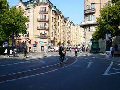 【8月24日(金)7日目】  おはようございます!今日から2日間たっぷりストックホルムを観光します。 この写真ですが、ホテルの前で撮影したもの。自転車専用車両が道路の真ん中にあって、びっくりでした。乗っている人は怖くないんですかね。