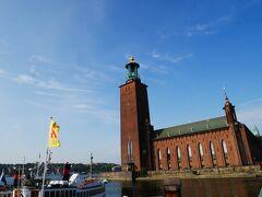 この日の観光は、まず市庁舎にやってきました!  スウェーデンの建築家ラグナル・エストベリの設計で、1923年に完成。 ナショナル・ロマンチックスタイルという様式だそうです。  ノーベルの命日12月10日にノーベル賞の授賞祝賀晩餐会が行われることで有名ですよね。