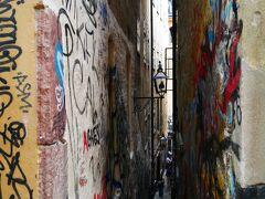 気を取り直して、ガムラスタンで一番狭い通りにやってきました。落書きがなければな~。
