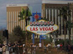 """空港を出発して間もなくして車窓に現れたおなじみの""""Welcome to Fabulous Las Vegas""""のサイン。  アメリカの国家歴史登録財 (National Register of Historic Places) にも指定されているんだって。"""