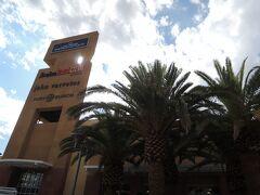 まずやってきたのは、ホテルから歩いて行ける距離にあるアウトレットモール・Las Vegas North Premium Outlets。  買い物に来たのではなく、ここには日本食ビュッフェ(ラスベガスではバフェというらしい)のマキノというレストランが入っている、とニューヨークの図書館で借りた2013年の地球の歩き方には書いてあったのですが、なんと閉店してしまったらしい。。。  ニューヨーク生活も早2か月が経過し、日本食も恋しい今日この頃、久しぶりに日本食をバカ喰いしようと楽しみにしていたのに。。。