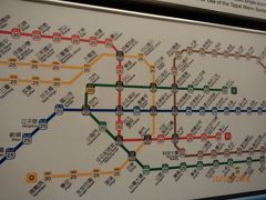 初めて台北MRTの切符を現金で購入します。   空港のATMでキャッシングして台湾元をgetしましたが、案の定金額の大きいお札しか出てこなかったので、外貨両替ブースでくずしてもらって正解でした!  切符の券売機の上にある路線図には、20とか30とか数字が書いてありますが、今いる場所(北門駅)から目的地までの値段が示されています。