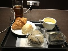 メゾンカイザーのパン、ひじきおにぎり、辛子高菜おにぎり、コーンスープ