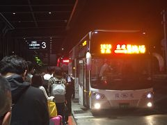 バスは時間通りに到着。   桃園メトロが台北始発の時間を繰り上げないのは、リムジンバスのシェアを奪い過ぎないように…という取り決め(大人の事情)があってのことなのかな? 日本は、何でも競争でどんどん便利になり過ぎてますもんね!   ホテル前を出発する時は雨なんて降ってなかったけど、リムジンバスに乗り込む時にはスコールのような大雨! タイミングが良かったので、荷物も自分も濡れずラッキーだったな!って感じ。