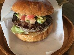 ワカモレバーガー  外人客だらけ(アメリカ人)  https://goronekone.blogspot.com/2018/10/chatan-burger-base-atabiis.html