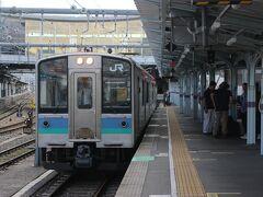 松本駅からは大糸線に乗りかえ。 ステンレスの電車の2両編成。 車内はロングシートで結構お客さんが多く、駅弁を食べるのは少し恥ずかしかった・・・