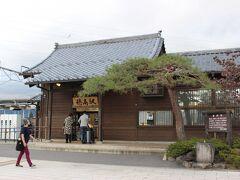 次に下車したのは穂高駅。 安曇野観光の玄関口駅です。  駅前のレンタサイクル店で電動自転車を借りて、安曇野観光に出発します。