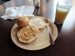 今朝は6:30ごろ起きて、無料の朝食が始まる7:00にホステル2階の朝食会場へ向かいました。その時間にはたくさんの人がすでに集まっていてびっくりしました。 朝食の種類は覚えているだけでも、ベーグルが3種類くらい、食パン、マフィンが3種類くらい、チーズ、ゆで卵、オートミールのおかゆ、シリアル3種類、ヨーグルト、クリームチーズやピーナッツバターなどパンに塗るもの、飲み物はコーヒーから紅茶、オレンジジュース、牛乳などがあったと思います。 私はプレーンのベーグルにクリームチーズ、ピーナッツバターを塗ったものと、バナナマフィン、オレンジジュースをとって食べました。こうやってかくと、かなりアメリカンなもの食べていますね(笑)