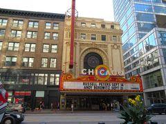 この日は10時からのシカゴ川クルーズのツアーを事前に予約しておきました。多分一番メジャーなツアーで、90分$35でした(https://mercurycruises.com/)。 10時のリバークルーズまでの間でどこかで時間を潰そうと思っていましたが、8時代に空いているお店などほとんどなく、そしてお腹の調子が悪くなってしまい困っていましたが、シカゴ劇場の近くにあるROSSという、日本で言うところのしまむらみたいなディスカウントショップが7:30から開いていて(!)そこでお手洗いも借りることができました。ありがたい〜 写真はシカゴ劇場を正面から撮ったものです。