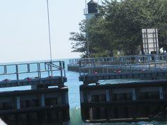 シカゴ川とミシガン湖の間の水路にて。写真からもわかるように、湖側の水位の方が高いため、水門を開けて注水して水路の水位をあげ、ミシガン湖と同じ水位になったらここを通過します(帰りは逆です)。