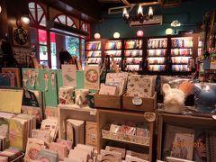 色々とカワイイ雑貨やアクセサリー、文房具が並びます。 いかにも台湾らしいって感じの物はナイですが、こういう雑貨屋さん大好き! 何時間でも居れる(笑)。  結局、姪っ子へのお土産はここで買いました。 私はピアスを購入。