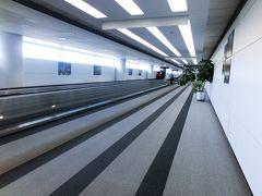 アメリカ到着1日目(土)。 食べたり寝たり、映画を見たりして、無事にシカゴのオヘア国際空港へ到着。 イミグレーションまで長ーい通路をひたすら歩きます。