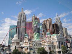 ルクソールの巨大カジノからの出方が分からず、さまよっていると、エクスカリバーという隣のホテルから出てきていました。  で、すぐそばには、今度は自由の女神像でおなじみのNew York New Yorkというカジノホテル。  一応ニューヨークから遊びに来ているので、ここは通過ー。