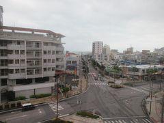 10月5日午前8時前。 ホテルグランビュー石垣のお部屋の窓から見た730交差点。 昨夜はビュービューと風の音がしていましたが、かなりおさまっていました。