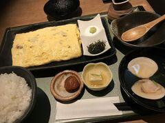 阪急でお土産を買ったり、うろうろしていたら開店時間です。 お昼ははまぐりに決めてました! そのままでもうまい出汁巻き、 出汁につけて味変して、 薬味で三段階変化!