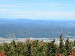山頂の展望台から。奥に日本海と佐渡も見えます。  お隣りのおじいさんが「みなさん、新幹線が見えますよ」 と言うので、私の肉眼ではサッパリ見えなかったけど 一応写真は撮った。