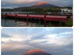 阿寒湖 この富士山みたいな(笑)山は「雄阿寒岳」(おあかんだけ)。 阿寒湖にはオスの山とメスの山があるということです(*^-^*)