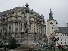 ジョルジュ・ホテルの前にはミツケヴィッチ広場とミツケヴィッチ像。