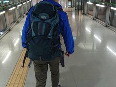 今回の旅はLCC・バニラエアで台湾に向かいます。 9月の台風21号の影響で飛行機が飛ぶかも分かりませんでしたが、9月21日に第1ターミナルが復旧し、バニラエアも予定通り飛ぶことが分かり一安心。 ターミナル内は台風被害の影響も分からないくらい元の関空に戻っていました。 預け荷物無しの手荷物7kgのみの条件だったので、バックパッカースタイルで臨みました。 最低限の荷物で、6kg程度で荷造りが出来ました。