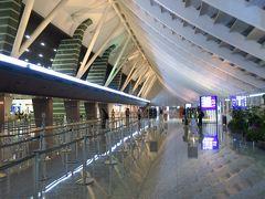 台北・桃園国際空港に到着です。 前方に座席指定していたため早めに降りることができました。