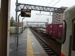 最初の駅、八田駅。 わかりにくいけど、ここで電車とすれ違い。 (むこーーのほうにすれ違う電車が写ってる)