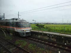 永和駅。 各駅のように電車とすれ番う。
