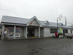 弥富駅の駅舎。 標高マイナス0.93m。日本一低い地上駅。  弥富市の中心部に近いが、周辺は普通の住宅地で、駅の規模も小さい。 ちなみに市の代表駅は近くにある近鉄の駅。