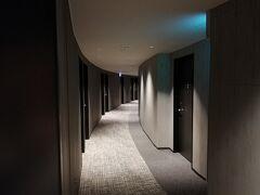 大阪市内での仕事も終わり、18時30分過ぎにホテルにチェックインしました。 ホテルの建物が円を描いているので、廊下も曲がっています。(なので、部屋も曲がっています。)