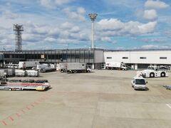 次の日、朝一の大阪での打合も終了し、東京に帰ります。帰りは赤色の航空会社が空いていたので、そちらで帰りました。