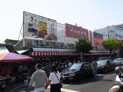 赤嵌樓を軽く見学した後は、また自転車に乗って、永楽市場(水仙宮市場)へ向かいます。