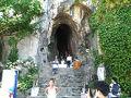 今日はダナン観光。「Grab」を使って、まずは五行山へ。 五行山にはゲートが2つあって、エレベーターがあるのはゲート2。 ゲート2の駐車場前に大きな洞穴があります。 この『アン・フー洞窟』には仏像や地獄をテーマにした展示物があります。洞穴の手前にチケット売り場(写真の左側に少し写っている小屋)がありますが、ここは『アン・フー洞窟』のチケット売り場です。 五行山のチケットは買えないので気をつけてください。 私は間違って買ってしまったので、払い戻してもらいました。