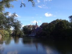 愛の湖公園の中を通って行きます。 素敵なフォトスポットを発見。