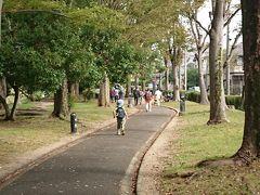 三ツ又ふれあい公園を右折し、ふれあい緑道に入ります。八田川沿いの緑道を進んでいきます。