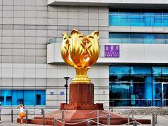 1997年、香港の中国返還を記念して中国政府から贈られた金色のバウヒニア(金紫荊)像。