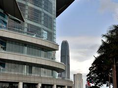 コンベンションセンターの奥に見えるのは、国際金融中心こと「IFCタワー2」(地上415m)