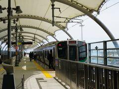 空港アクセス線2両編成は混み混み。 仙台に向かいます。  プライオリティタグのおかげで、 荷物がすぐに出て、電車では座れた。 車内は、ランニングシューズの人ばかり。 皆さん、明日走る人のようで。