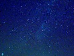 2018年10月7日(日)  朝に仕事を終え、夕方まで仮眠してから高山方面へ。ほおのき平駐車場には22:00に到着。 車から降りて空を見上げると・・・見たことないぐらい満天の星!! 星空撮影なんてしたことないけど車のフロントガラスにカメラをセットして撮った写真がこちら。 奇跡的に天の川が映った♪