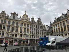 朝食後、グランプラスへ。 世界一美しい広場と言われるのも納得でした。 何かイベントの準備で、大きなトラックが入っていたけど・・・。 こんな大きい車入れていいの?!石畳、大丈夫?!