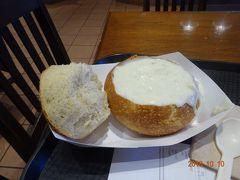 ピア39で食べたランチのクラムチャウダーですが、パンに酸味が少しあり、初めて食べる味でした。しかも大きいです。