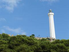 見上げると、サンタ マリア ディ レウカ岬(Capo Santa Maria di Leuca)に建つ白い灯台が見えました。 地図で見るとイタリアは長靴の形をしていますが、この場所は靴の踵の部分に相当します。半島先端部までやってきたことを実感します。