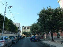 レウカの町中を進みます。道路沿いには相変わらず沢山の車が駐車しています。しかも空きスペースは殆どありません。