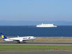 今日はここから。 北海道の苫小牧~仙台と渡って来た太平洋フェリーとどこかへ渡っていくスカイマークの飛行機。  あぁ、フェリーに乗って、北海道行きたいな...