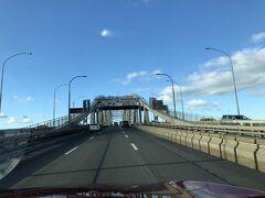 オークランドに戻って時間が余ったのでハーバーブリッジを車で通過!!