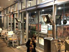 そして夕飯はオークランド空港近くのトランジットで宿泊する時に必ず泊まるイビス バジェット オークランド エアポートの下のここへ。
