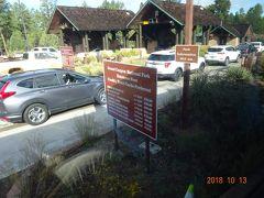 翌日は、グランドキャニオン観光です グランドキャニオンのチケット販売の車列